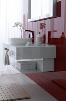 Spiegel im Bad über Glaswaschbecken