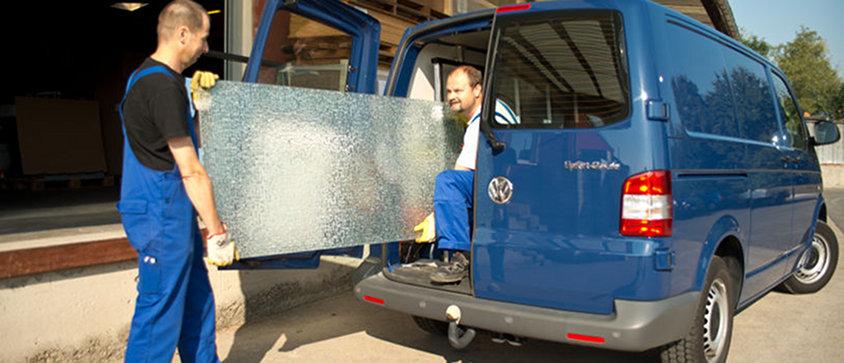 Mitarbeiter verladen Glas in den Transporter